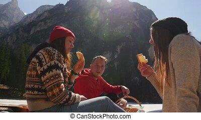 eten, zittende , mensen, jonge, picnic., traveling., kust,...