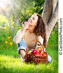 etende vrouw, appel boomgaard, jonge, organisch, glimlachen gelukkig