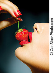 etende vrouw, lippen, strawberry., sensueel, sexy, rood