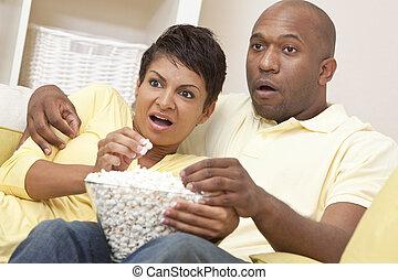 etende vrouw, paar, amerikaan, afrikaan, popcorn, vrolijke