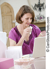 etentje, etende vrouw, haar, bureau