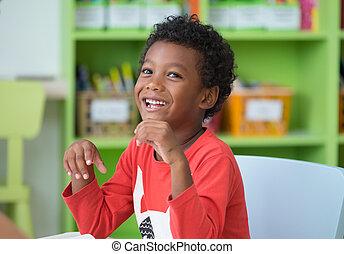 ethnicité, jardin enfants, heureux, américain, concept., classroom., emotion., préscolaire, sourire, africaine, gosse, bibliothèque, education