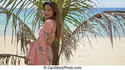 ethnique, plage paume, branché, feuilles, dame