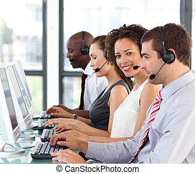 ethnisch, geschäftsfrau, arbeitende , in, a, anruf- mitte
