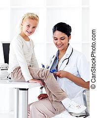 etniczny, samiczy doktor, kontrola, jej, patient\'s, odbity