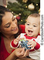 etnisk, kvinna, med, henne, blandad kapplöpning, baby, jul, stående