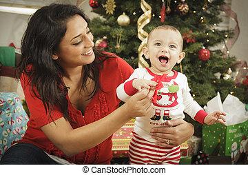 etnisk, kvinna, med, henne, nyfödd baby, jul, stående