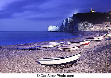 etretat, by, vik, strand, och, fartyg, på, dimmig, night.,...