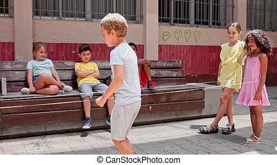 européen, bande, jeu, caoutchouc, rire, sauter, garçon, jouer, amis, extérieur