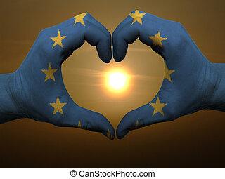 europa, coração, feito, amor, colorido, mostrando, bandeira, gesto, mãos, durante, símbolo, amanhecer