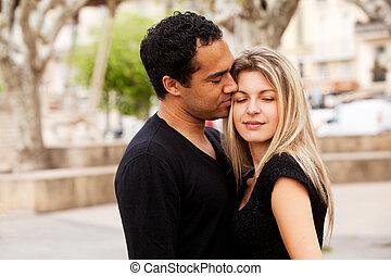europeo, pareja, abrazo