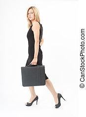 Eva geht - Junge Frau mit Mappe geht im schwarzen Kleid