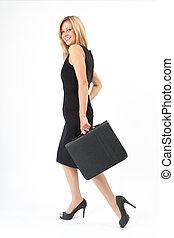 Eva läuft - Junge Frau mit Mappe geht im schwarzen Kleid