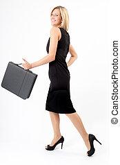 Eva schreitet - Junge Frau mit Mappe geht im schwarzen Kleid