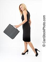 Eva schwenkt - Junge Frau schwingt die Tasche beim Gehen