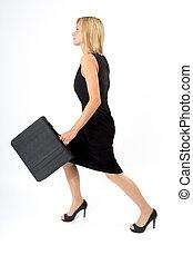 Eva stürmt - Junge Frau mit Aktentasche stürmt vorwärts