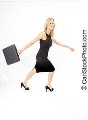 Eva stürmt nach rechts - Junge Frau mit Aktentasche läuft...