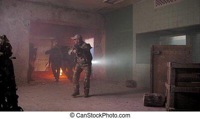 evacuating, blessé, soldat, champ bataille