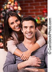 eve., 美しい, 恋人, 木, 若い, 一緒に, 結び付き, 他, 背景, それぞれ, 微笑, クリスマス, 情事