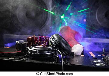 eve., elemente, dj, kopfhörer, concept., jahr, baum, auf, neu , nachtclub, dunkel, mixer, hintergrund, party, schließen, feiertag, tisch., weihnachten, ansicht