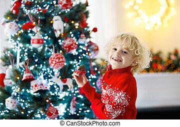 eve., navidad, árbol., niño, decorar, navidad, niño