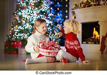 eve., niños, navidad, árbol., adornar, niño, navidad
