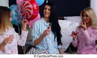 event., félicitations, frapper, séance, plan, moyenne, lunettes, femmes, dire, marriage., imminent, demoiselles honneur, pre-wedding, cercle, champagne, voeux, fête, heureux