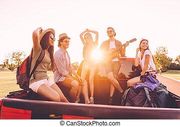 ever., グループ, モデル, 人々, 積み込み, 若い, 一緒に, 朗らかである, ∥(彼・それ)ら∥, 間, トラック, 道, 楽しむ, 旅行, 最も良く