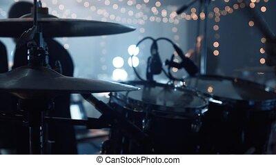exécute, groupe, jeux, stage., haut, groupe, homme, performance., vivant, tambours, fin, musical, stick., batteur, mains