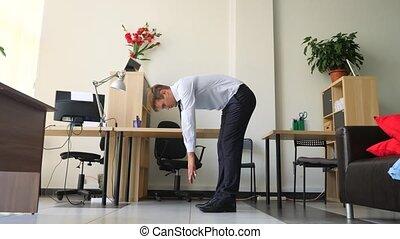 exécuter, yoga, elle, bureau., 4k, cadre, mouvement, lent, lieu travail, mâle