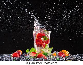 exótico, bebida, con, salpicadura, en, fondo negro