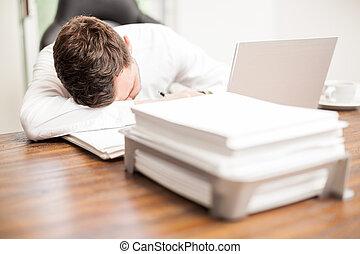 exahusted, hombre de negocios, sueño, en la oficina