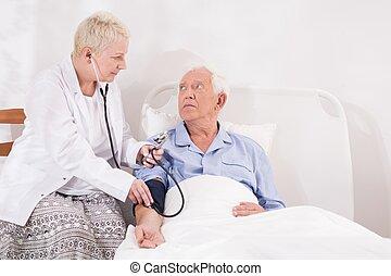 exame médico, homem sênior