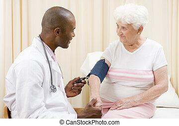 examen, docteur, pression, femme, sourire, sanguine, vérification, salle