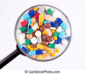 examen minutieux, pilules, sous