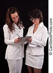 examen, monde médical, deux, ensemble, femme, médecins, discuter