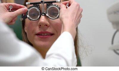 examen, sélection, réception, lentilles, oeil, femme, spectacle, ophthalmologist.