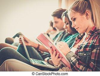 examens, préparer, appartement, étudiants, groupe, intérieur