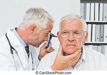 examinando, close-up, doutor masculino, paciente, sênior, orelha