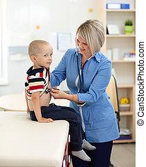examinando, doutor, estetoscópio, usando, menino