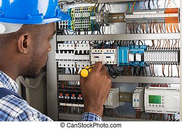 examinando, eletricista, chave fenda, fusebox