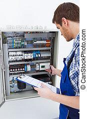 examinando, fusebox, enquanto, área de transferência, segurando, técnico