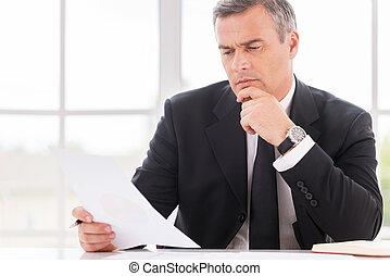 examinando, maduras, trabalhando, sentando, pensativo,  Formalwear, mão, enquanto, lugar, Contrato, segurando, homem negócios, queixo, documento, homem