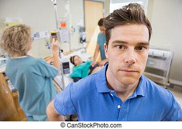 examinando, mulher, grávida, enfermeiras, hospitalar, preocupado, homem