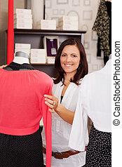 examinando, mulher, mannequin, loja roupa, roupas