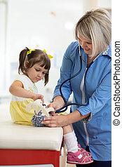 examinando, pequeno, brinquedo, doutor, estetoscópio, usando, menina