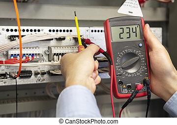 examinando, probe., eletricista, tester., medidas, multímetro, engineer., fusebox, closeup, mãos, técnico, macho