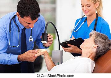 examinando, sênior, mulher, dermatologista, pele