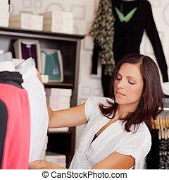 examinando, saleswoman, adulto, meio, mannequin, roupas