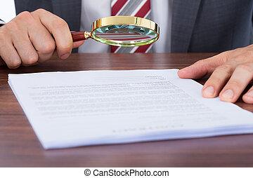 examinar, hombre de negocios, aumentar, documento, vidrio